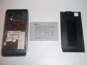 Сотовый телефон LG GX500 со снятой задней крышкой и вытащенным аккумулятором