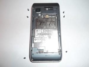 Шесть винтов в сотовом телефоне LG GX500