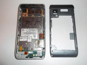 Не до конца разобранный сотовый телефон LG GX500