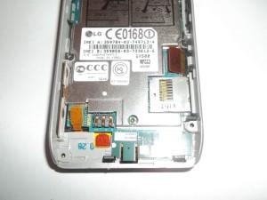 Отсоединяем коннекторы шлейфов дисплея и кнопок в сотовом телефоне LG GX500