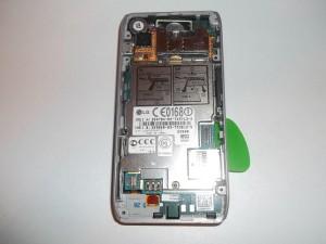 Отщелкиваем верхнюю часть сотового телефона LG GX500 от средней