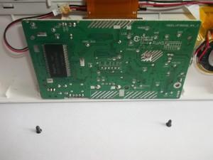 Два винта, держащие плату в цифровой фоторамке Texet TF-618