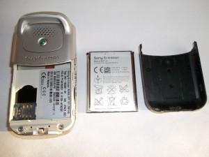 Сотовый телефон Sony Ericsson W300i со снятой задней крышкой и вынутым аккумулятором