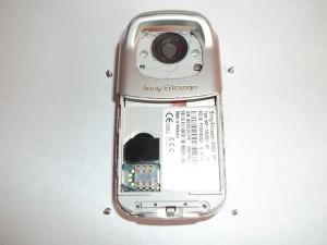 Четыре винта в сотовом телефоне Sony Ericsson W300i