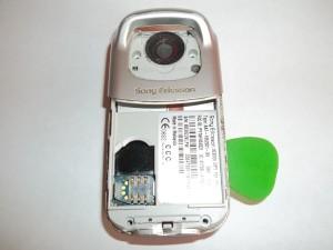 Вскрываем корпус сотового телефона Sony Ericsson W300i по всей длине