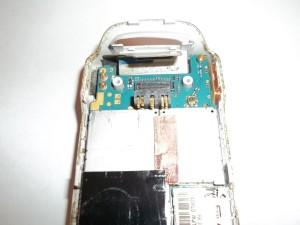 Отсоединяем шлейф в верхней части сотового телефона