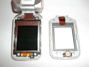 Отщелкнутое переднее стекло сотового телефона Sony Ericsson W300i
