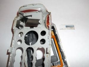 Разъединяем две части сотового телефона Sony Ericsson W300i