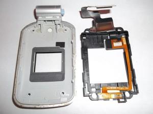 Вытаскиваем шлейф вместе с пластиковой подложкой и камерой