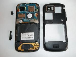 Сотовый телефон Samsung S8000 со снятой задней частью