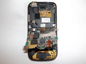 Отклеиваем вибромотор и приподнимаем плату сотового телефона Samsung S8000