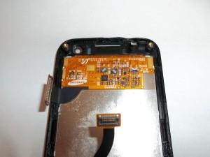 Отсоединяем шлейф тачскрина сотового телефона Samsung S8000