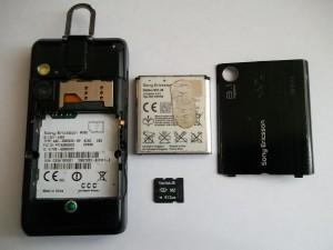 Сотовый телефон Sony Ericsson W995 со снятой задней крышкой и вытащенной флеш картой