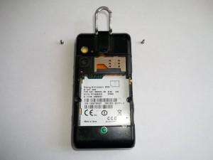 Два верхних винта сотового телефона Sony Ericsson W995