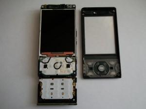 Сотовый телефон Sony Ericsson W995 со снятым передним стеклом