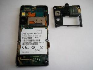 Отщелкиваем пластмассовую крышечку в сотовом телефоне Sony Ericsson W995
